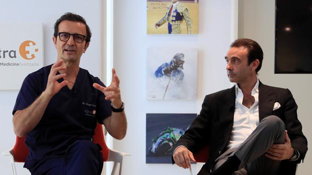 Enrique Ponce, durante la rueda de prensa en una clínica madrileña, con el doctor Ángel Villamor