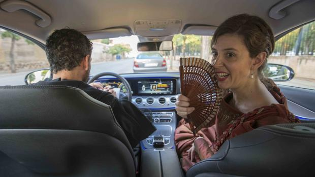 Un momento de «El perro del hortelano» representada en el interior de un coche