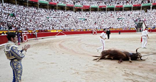 Cayetano aplaude al sexto toro, premiado con la vuelta al ruedo