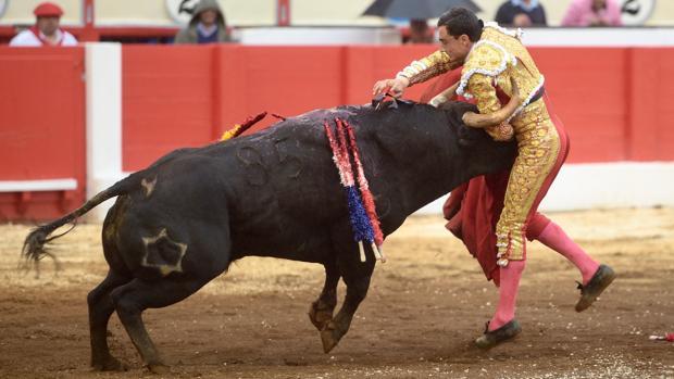 Paco Ureña, en el momento de la estocada