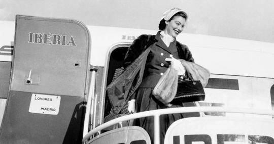 La actriz Ava Gardner llega al aeropuerto de Barajas procedente de Londres, durante 1953