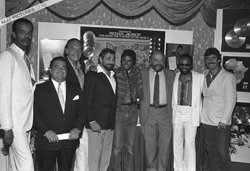 Michael, con el equipo de Epic Records en 1980