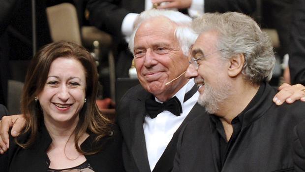 Plácido Domingo (derecha), en la Ópera de Viena, junto a Ioan Holender (centro) y Simone Young (izquierda)