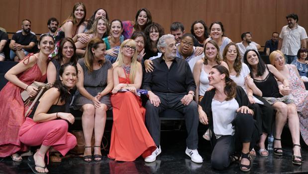 Pláciso Domingo, hace unas semanas en Madrid con las cantantes del coro del Teatro Real
