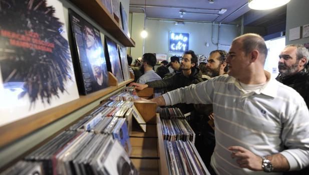 Compradores de vinilos en una tienda de discos de Madrid