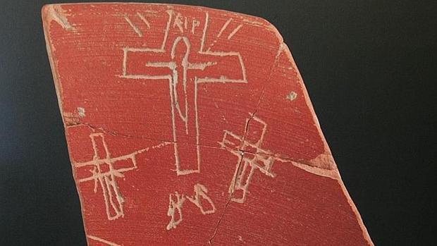 Una de las piezas levantó sospechas por la inscripción de RIP en lugar de INRI
