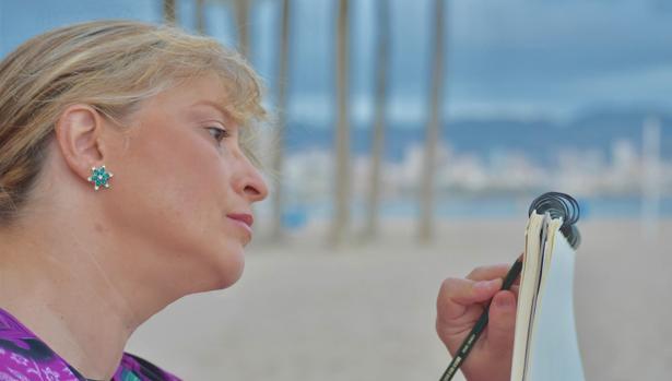 Paloma Velarde se inspira con el mar al fondo