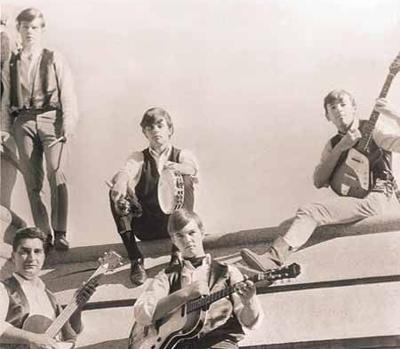 Bruce (a la derecha del todo), posando con su guitarra Kent junto a The Castiles