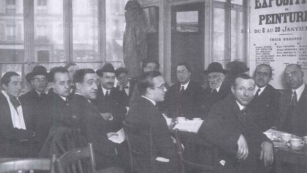 Una fotografía desconocida de Unamuno en su tertulia del Café de la Rotonde de París, en 1924. Cossío aparece a su derecha.