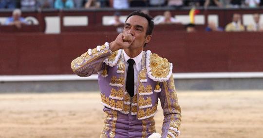 El Cid besa emocionado la arena