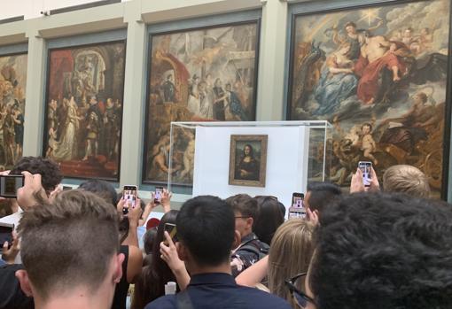 La «Gioconda», en la galería Médicis del Louvre, donde estuvo temporalmente, mientras rehabilitaban la sala de los Estados