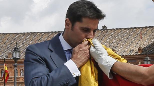Francisco Rivera Ordóñez besa la bandera de España