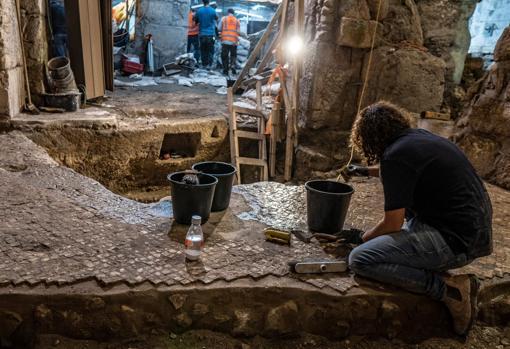 Las oscuras estancias de la estructura siguen en proceso de excavación