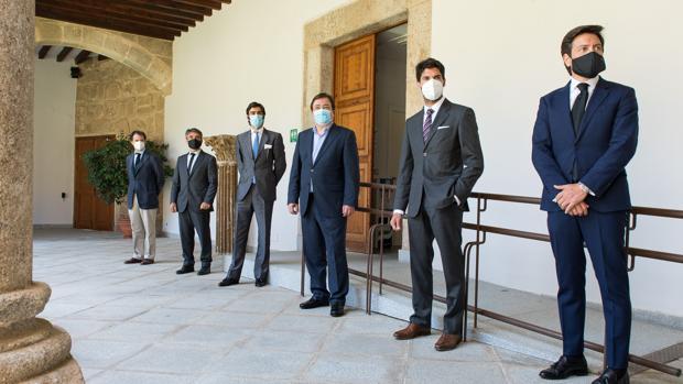 Borja Domecq, Victorino Martín, Miguel Ángel Perera, Guillermo Fernández Vara, Cayetano Rivera y Antonio Barrera, tras la reunión en Mérida