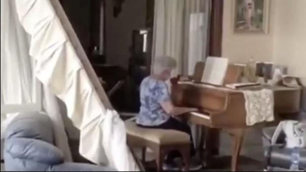 Conmovedor vídeo de una anciana que toca el piano de su casa devastada tras la explosión en Beirut