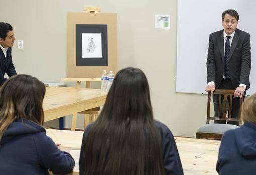 El pintor, hablando en un aula sobre la pintura histórica