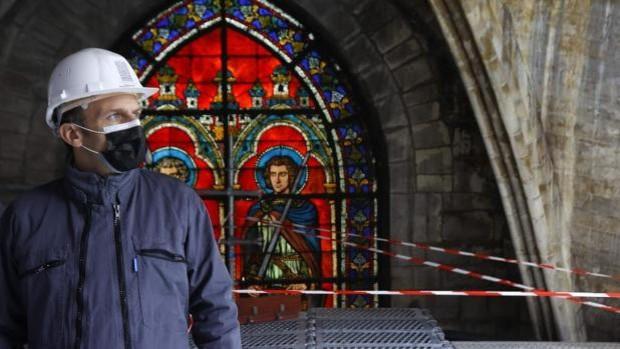 Macron con casco y mascarilla en Notre Dame