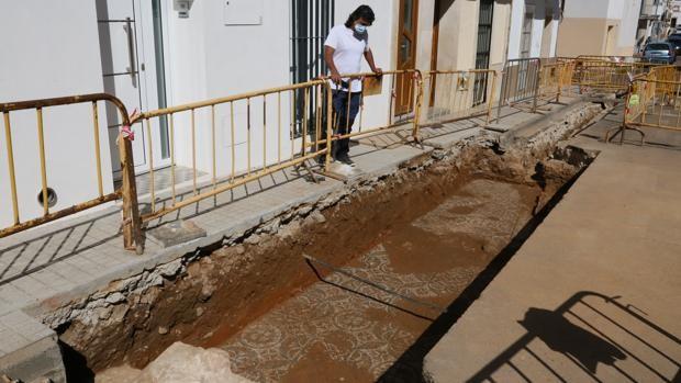 Unas obras destapan un mosaico romano bajo una calle de Mérida