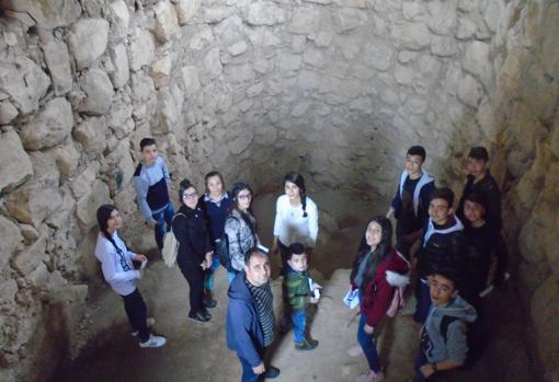 Un grupo de visitantes en la fosa nigromántica de Urkesh