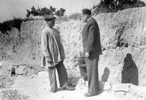 Manuel Campello mostrando a José Rico de Estasen el lugar donde encontró la Dama de Elche
