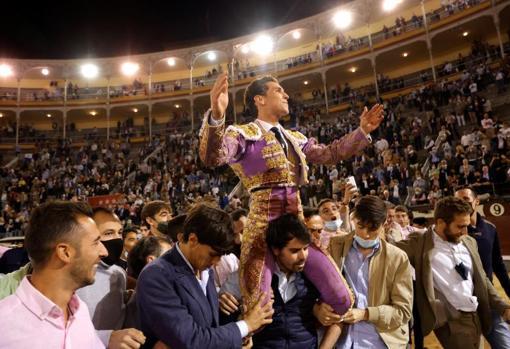 Triumphant departure on the shoulders of Ginés