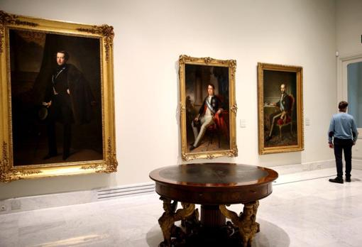 In the foreground, table of the Council of Ministers of Fernando VII.  Behind, from left to right, portrait of the Duke of Osuna painted by Federico de Madrazo;  portrait of Ramón de Santillán, by José Gutiérrez de la Vega, and portrait of Pedro Salaverría painted by Federico de Madrazo
