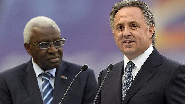 Vitali Mutkó, ministro de deportes ruso, junto al expresidente de la IAAF, Lamine Diack, en 2013