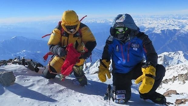 Alex Txikon (derecha) y Ali Sadpara en la cumbre del Nanga Parbat