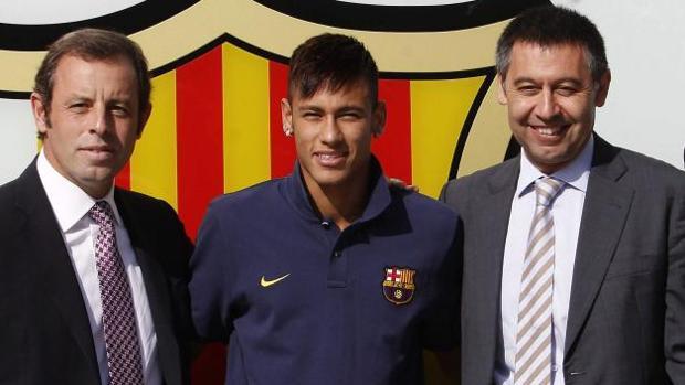 Rosell, Neymar y Bartomeu posan en 2013 durante la presentación del jugador