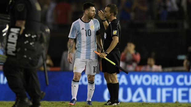 Messi, con el juez de línea
