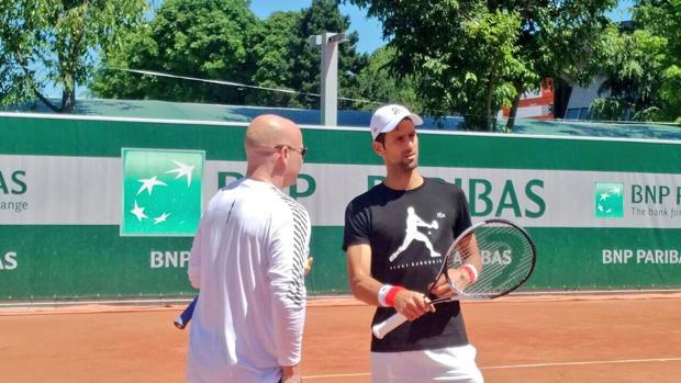 André Agassi y Djokovic, entrenando para Roland Garros