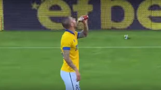 Ivan Bandalovski, mientras toma el trago de la cerveza en la liga búlgara