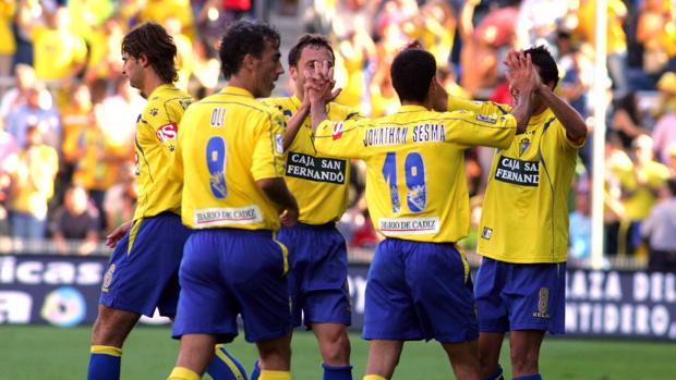Jugadores del Cádiz durante un partido en 2005.