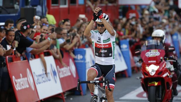 Alberto Contador agradece el cariño del público en las calles de Madrid