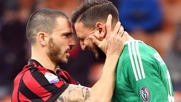 Bonucci trata de consolar a Donnarumma