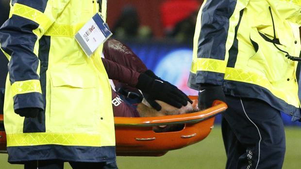 Neymar, retirado en camilla