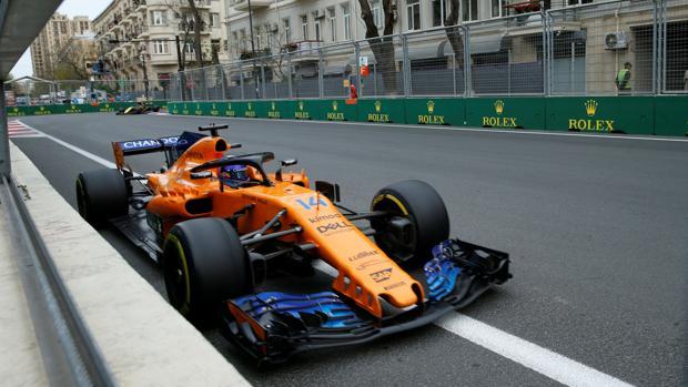 Alonso pasa junto al muro en el GP de Azerbaiyán