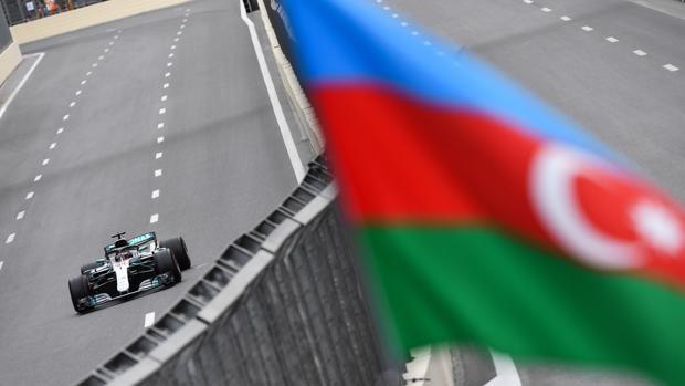 Lewis Hamilton, con el Mercedes en el circuito de Bakú