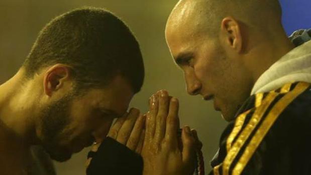 El campeón mundial de muay thai, Carlos Coello (d), concentrado junto a su alumno Ramón Rivera