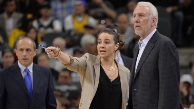Becky Hammon, junto a Popovich, entrenador de los Spurs, y Messina, al fondo