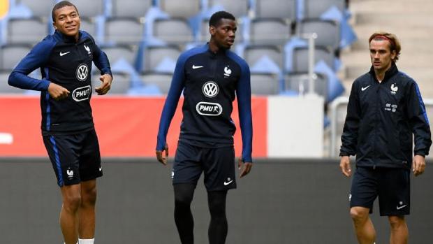 Mbappé , Pogba y Griezmann durante un entrenamiento con Francia