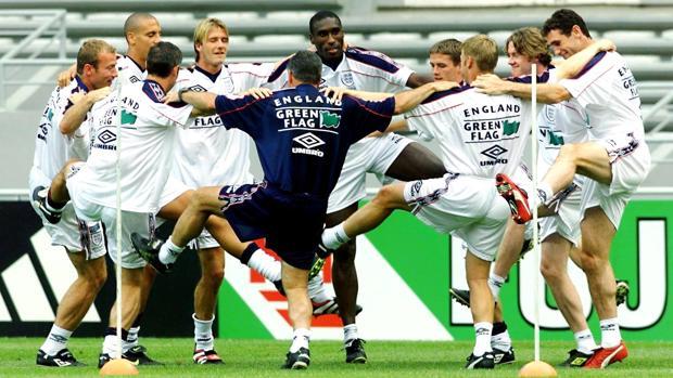 Jugadores de la selección inglesa entrenando en 1998