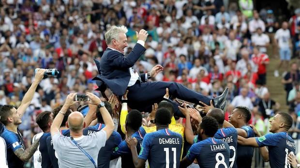 Didier Deschamps siendo levantado como campeón del mundo por los jugadores de Francia