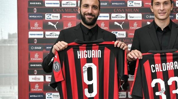 Higuaín posa con su nueva camiseta junto a Caldara
