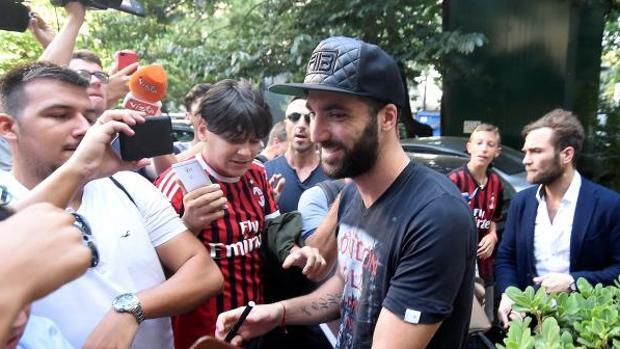 Decenas de fans esperaban a Higuaín en su llegada a Milán