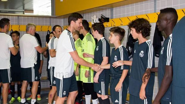 Xabi Alonso saluda a sus jugadores