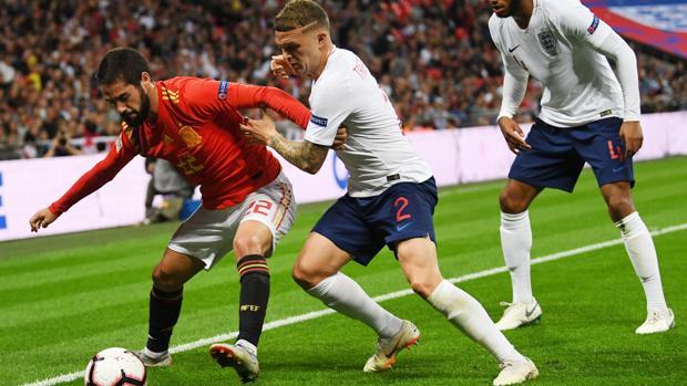 Isco protegiendo el balón ante Trippier en el Inglaterra-España de la Liga de Naciones en Wembley