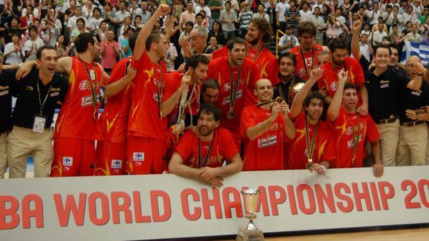 Los jugadores de la selección española celebran el Mundial conseguido en Japón 2006