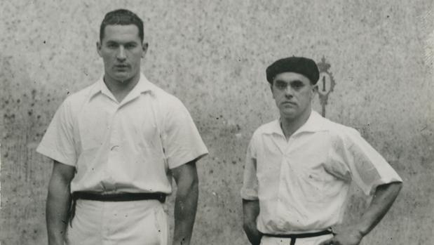 Miguel Gallastegui, junto a Atano III, antes de la final del Campeonato manomanista de 1942