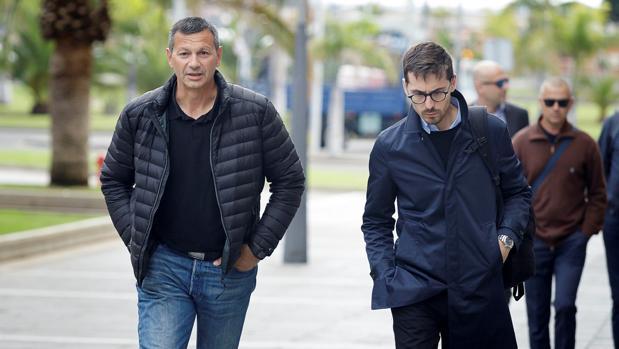 Antonio Peñalver, izquierda, a su llegada al juicio contra Miguel Ángel Millán